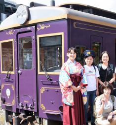 「ハイカラさん衣装」の鈴木真佐美さん(左)とレトロ車両での旅を楽しんだ参加者