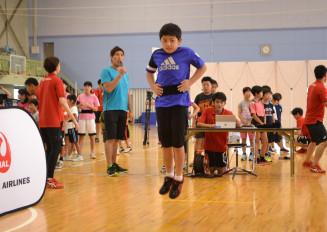 ゲスト参加の篠原信一さん(左)が見守る中、測定に挑戦する子どもたち