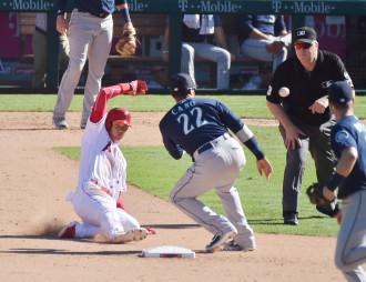 マリナーズ戦の8回、振り逃げで出塁後、二盗を試みるエンゼルス・大谷翔平(左)。惜しくもアウトで2桁盗塁は持ち越しになった=アナハイム(特派員・小田野純一撮影
