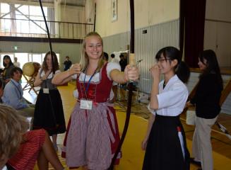ベルンドルフ市の生徒に弓道に理解を深めてもらう大迫高生