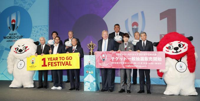 ラグビーW杯日本大会を1年後に控えた式典で記念写真に納まる関係者たち=20日午後、東京都港区