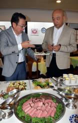 県産食材を使った料理を見定める謝明達社長(右)。台湾で売れる商品づくりへの挑戦が続く=20日、神奈川県小田原市