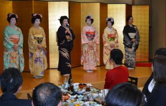 山形と盛岡の舞子らがあでやかな踊りを披露した舞台