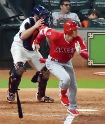 アストロズ戦の8回、3試合ぶりの安打となる三塁内野安打を放つエンゼルス・大谷翔平=ヒューストン(特派員・小田野純一撮影)