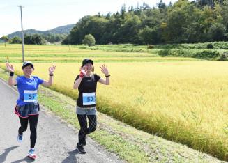 花巻市東和町の美しい田園風景を楽しみながら走る参加者