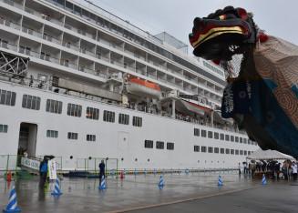 勇壮な舞で飛鳥Ⅱの入港を歓迎する綾里大権現