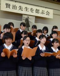 星めぐりの歌など、賢治ゆかりの曲を合唱する花巻農の生徒