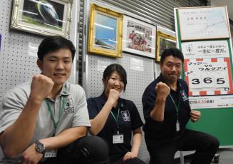 公式マーク入りのそろいのポロシャツを着用する岩手銀行釜石支店の行員。絵画展も開催し、ラグビーW杯の盛り上げにつなげる
