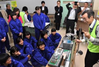 模型を通して地熱発電の仕組みを学ぶ西根一中の2年生