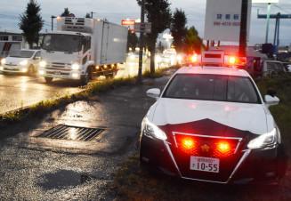 夕暮れ時間帯の国道4号で速度違反を取り締まるパトカー