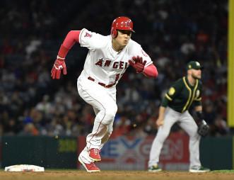 アスレチックス戦の2回、打者アルシアのときスタートを切るエンゼルスの二走大谷翔平(花巻東高)。三盗を決める=アナハイム(共同)