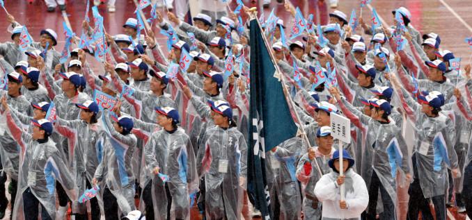 スタンドの声援に応えながら力強く入場行進する本県選手団=福井県営陸上競技場
