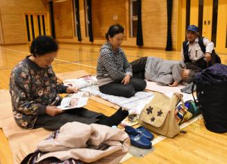 避難所の体育館に身を寄せる軽米町小軽米の住民たち=9月30日午後7時38分、小軽米小