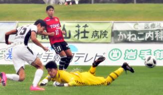 グルージャ盛岡-福島 後半7分、グルージャの谷口海斗(左)がヘディングで先制ゴールを決める=盛岡市・いわぎんスタジアム
