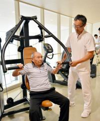 本格的なトレーニングマシンで筋力増強に取り組む患者