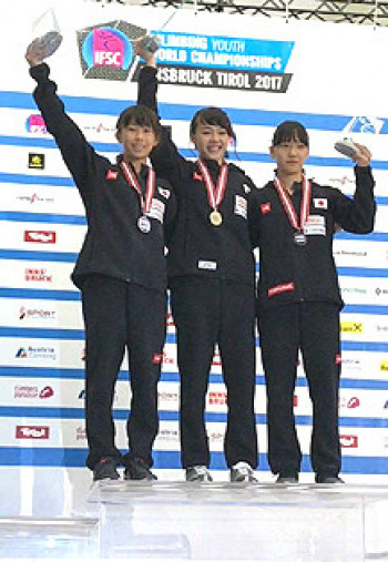 金メダルを首にさげ、笑みがこぼれる伊藤ふたば(中央、岩手県協会)。2位谷井菜月(左)、3位菊地咲希とともに日本勢が表彰台を独占した=オーストリア・インスブルック