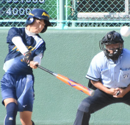 少年女子1回戦 香川-岩手 6回裏岩手2死一、二塁、神田つくし(千厩高)が左越え適時三塁打を放つ。捕手谷口、球審綿引=敦賀市きらめきスタジアム
