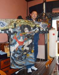 「より多くの人に絵刺子袢纏を知ってもらいたい」と作品を手にする白椛純一さん
