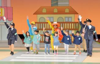 舞台に上がり横断歩道の正しい渡り方を教わる園児たち