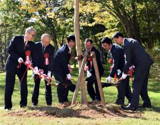安比千本桜プロジェクトの成功を願い、オオヤマザクラの苗木を植樹する黒沢洋史社長(右から2人目)と北東北3県の自治体の市長ら