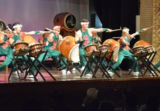 威勢のいい掛け声と息の合ったばちさばきで魅了した山口太鼓のメンバー