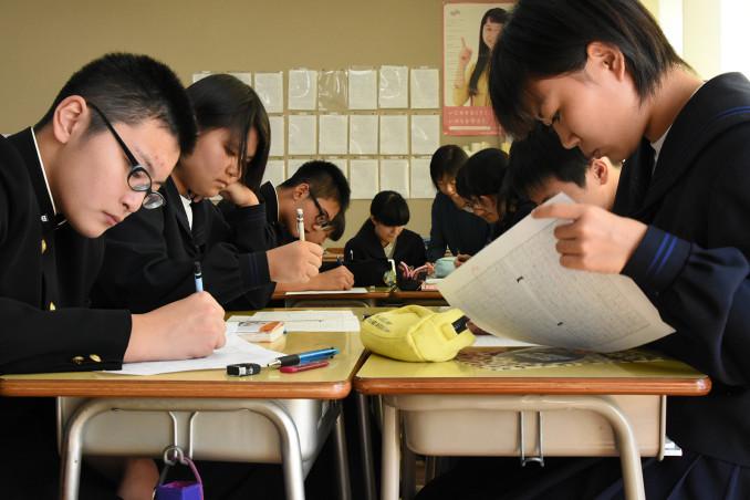 出前授業や陸前高田市訪問で学んだ東日本大震災と復興について意見文を書く東和中3年3組の生徒