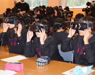 VRを利用し認知症の視点を体験する岩手女子高の生徒