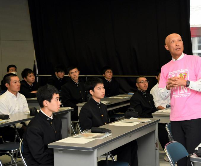 西川幸一所長(右)の講演に耳を傾ける一関工高の生徒