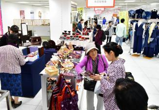 盛岡広域の多彩な工芸品やグルメが並ぶ盛岡市産業まつりの会場