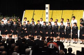 「翳った太陽」を献唱する翳った太陽を歌う会のメンバーと釜石中の生徒
