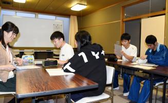 自習室で小宅優美さん(左)と談笑する住田高の生徒ら