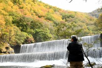 紅葉が始まった大峠ダム周辺の魅力を再確認した参加者