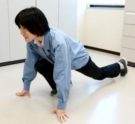 腰を徐々に低くする足の付け根の筋肉ストレッチ