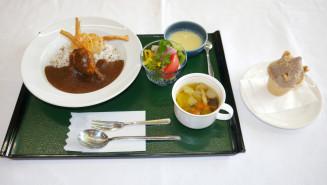 地元食材をふんだんに使った「縄文カレー」と、どんぐりペーストを練り込んだ「縄文ジェラート」