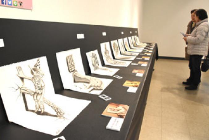 角度によって飛び出して見える3Dアート作品が並ぶ展覧会