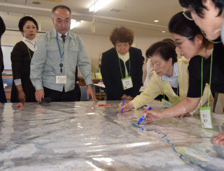 地図に災害の危険箇所などを書き込む参加者