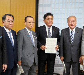 平井卓也科学技術担当相(右から2人目)へILC誘致実現を申し入れる連絡協議会のメンバー