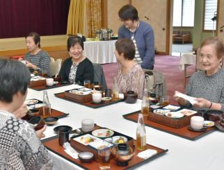 食事しながらお互いの近況を確かめる参加者