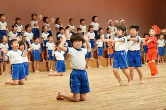 900人が見守る舞台に向け、演技を確認する遠野小の児童