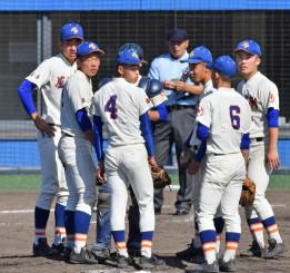 八戸学院光星―盛岡大付 4回表のピンチでマウンドに集まる盛岡大付の選手たち=秋田市・こまちスタジアム