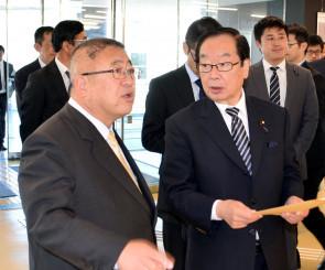 山本正徳市長からイーストピアみやこで説明を聞く渡辺博道復興相(右)