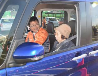 車に乗って自動ブレーキを体験する参加者ら