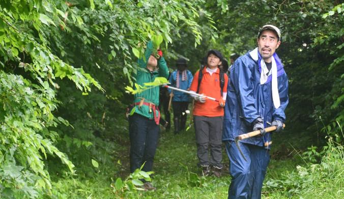 トレイルルートの北山崎自然遊歩道で草刈りに励むなすびさん(右)