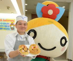 開発した2種類のパンをフラワーロールちゃんとPRする五十嵐圭吾さん