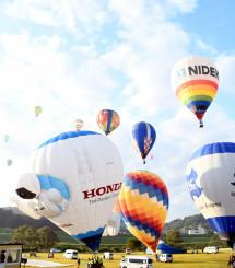 空へ飛び立つ競技飛行の熱気球