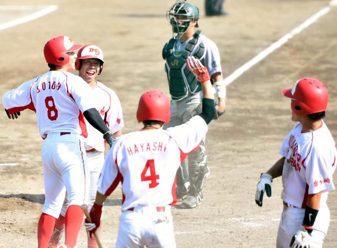 JR東日本東北-トヨタ自動車東日本 3回裏トヨタ2死満塁、大谷の適時打で生還して喜ぶ(右から)三走村上、次打者林、一走大沢、二走後藤=盛岡市・県営球場