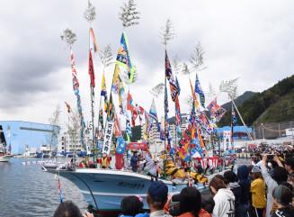 大漁旗を掲げ釜石湾内をパレードする漁船