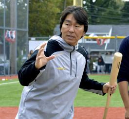 野球教室で子どもたちに指導する松井秀喜氏=20日、ニュージャージー州フォートリー(共同)