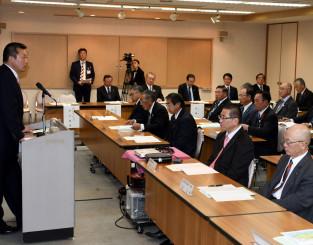 期成同盟会の設立総会で県北地域を横断する高規格道路の必要性を訴える鈴木重男町長(左)