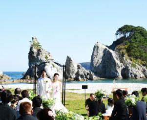 浄土ケ浜の魅力を発信する公開挙式で愛を誓う木村哲也さん、悦子さん夫妻